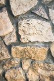 Schließen Sie oben von der Vorlage gepflasterten Bahn, gemacht als asymetrisches Mosaik des Natursteins der verschiedenen Größen  Stockfotos