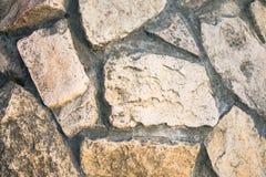 Schließen Sie oben von der Vorlage gepflasterten Bahn, gemacht als asymetrisches Mosaik des Natursteins der verschiedenen Größen  Stockbild