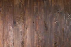 Schließen Sie oben von der Wand, die von den dunklen hölzernen Planken hergestellt wird Stockbilder