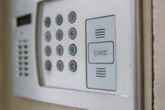 Schließen Sie oben von der Wechselsprechanlage im Eintritt eines Hauses stockfotos