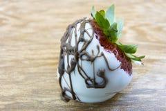 Schließen Sie oben von der weißen und dunklen Schokolade eingetauchte Erdbeere Lizenzfreies Stockfoto