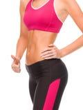 Schließen Sie oben von der weiblichen ABS und von der Hand, die sich Daumen zeigt Stockbild