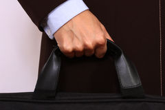 Schließen Sie oben von der weiblichen Hand, die einen Aktenkoffer anhält Lizenzfreies Stockbild