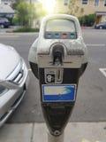 Schließen Sie oben von der weiblichen Hand, die Kreditkarte in Parkuhr einfügt stockfotografie