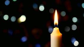 Schließen Sie oben von der Weihnachtsfeiertags-Kerzen-Flamme LK stock footage