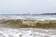 Schließen Sie oben von der Welle auf dem See Stockfotografie