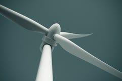 Schließen Sie oben von der Windkraftanlage, alternative Energie produzierend Stockfotos