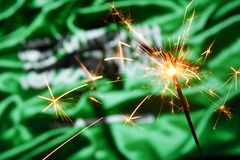 Schließen Sie oben von der Wunderkerze, die über Saudi-Arabien, arabische Flagge brennt Feiertage, Feier, Parteikonzept stockbilder