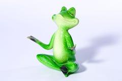 Schließen Sie oben von der Zahl des grünen Frosches, die Yogameditation tut Stockbilder