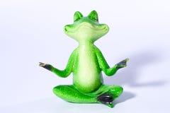 Schließen Sie oben von der Zahl des grünen Frosches, die Yogameditation tut Stockbild