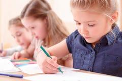 Schließen Sie oben von der Zeichnung des kleinen Mädchens Stockbilder