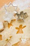 Schließen Sie oben von der Zubereitung von Lebkuchenplätzchen für Weihnachten lizenzfreies stockbild