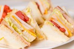 Schließen Sie oben von dreifachem Decker Sandwich stockfotos