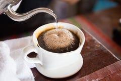 Schließen Sie oben von driping Kaffee im Café Lizenzfreies Stockfoto