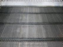 Schließen Sie oben von ein beweglichen Einkaufslaufkatzenrolltreppe ` s Schritten lizenzfreies stockbild