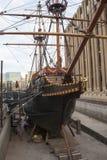 Schließen Sie oben von einem alten Handelsschiff ohne Wasser im Hafen in London, Vereinigtes Königreich Lizenzfreies Stockfoto