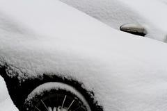 Schließen Sie oben von einem Auto, das im Schnee bedeckt wird Stockbild