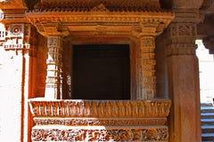 Schließen Sie oben von einem Balkon mit den verwickelten Mustern, die auf den Grenzen graviert werden Adalaj Stepwell, Ahmedabad, Lizenzfreie Stockfotos