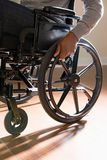 Schließen Sie oben von einem behinderten Mann in einem Rollstuhl lizenzfreie stockbilder