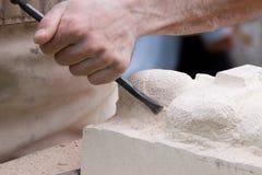 Schließen Sie oben von einem Bildhauer bei der Arbeit Lizenzfreie Stockfotografie