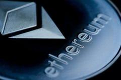 Schließen Sie oben von an einem blauen Münze ethereum Logo stockbild