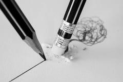 Schließen Sie oben von einem Bleistiftradiergummi, der eine gekrümmte Linie und die clos entfernt Stockfotografie