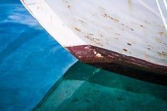 Schließen Sie oben von einem Boot, das im Meer, in den schönen Farben und in der Form sich reflektiert Stockbild