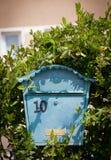Schließen Sie oben von einem Briefkasten auf der Straße Lizenzfreie Stockfotos