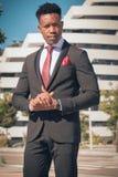 Schließen Sie oben von einem, das jung sind und vom attraktiven schwarzen Geschäftsmann, der einen Fußgängerübergang durchläuft u lizenzfreies stockbild