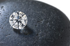 Schließen Sie oben von einem Diamanten auf dem Stein