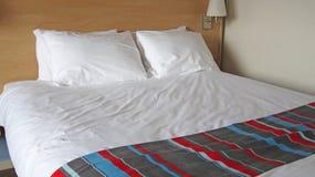 Schließen Sie oben von einem Doppelbett in einem Hotelzimmer Stockfoto