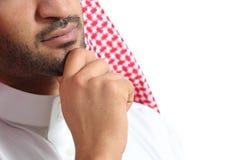 Schließen Sie oben von einem Emirat-Manndenken des Arabers saudischen Lizenzfreie Stockfotografie