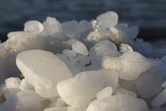 Schließen Sie oben von einem Felsen auf einem sandigen Strand Stockbild