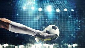 Schließen Sie oben von einem Fußballschlaggerät, das zu den Tritten den Ball im Fußballziel bereit ist lizenzfreie stockbilder