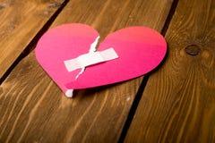 schließen Sie oben von einem Gips und tapezieren Sie defektes Herz Lizenzfreie Stockfotos