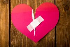 schließen Sie oben von einem Gips und tapezieren Sie defektes Herz Stockbilder