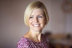 Schließen Sie oben von einem glücklichen blonden Frauen-Lächeln stockfoto