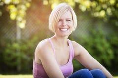 Schließen Sie oben von einem glücklichen blonden Frauen-Lächeln lizenzfreie stockfotografie