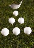 Schließen Sie oben von einem Golfball auf dem T-Stück Stockbild