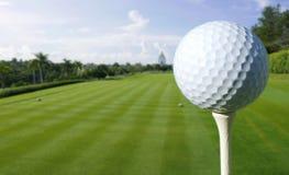 Schließen Sie oben von einem Golfball auf einem Kurs lizenzfreie stockbilder