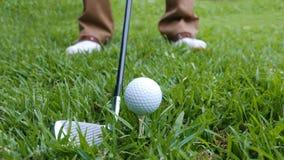 Schließen Sie oben von einem Golfball und von einem Eisen stockfotografie
