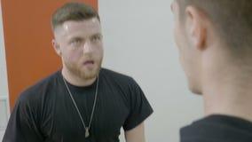 Schließen Sie oben von einem jungen Boxer, der intensive Extralaufleinen mit seinem Trainer als Bestrafung für Sein spät zu üben  stock footage