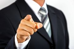 Schließen Sie oben von einem jungen Geschäftsmann und mit seinem Finger zeigen Lizenzfreies Stockfoto