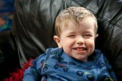 Schließen Sie oben von einem jungen Jungenlächeln lizenzfreie stockfotografie