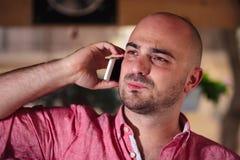 Schließen Sie oben von einem jungen Mann am Telefon Stockfoto