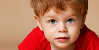 Schließen Sie oben von einem kleinen Baby stockbild