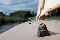 Schließen Sie oben von einem Knoten auf der Plattform einer Yacht lizenzfreie stockfotos