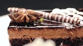 Schließen Sie oben von einem Kuchen, der Spitzen-noire Teig, Schokolade und Vanillecreme enthält stock video footage