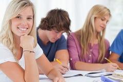 Schließen Sie oben von einem lächelnden Mädchen mit ihren Freunden Lizenzfreie Stockbilder