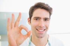 Schließen Sie oben von einem lächelnden Mann, der okayzeichen gestikuliert lizenzfreies stockbild